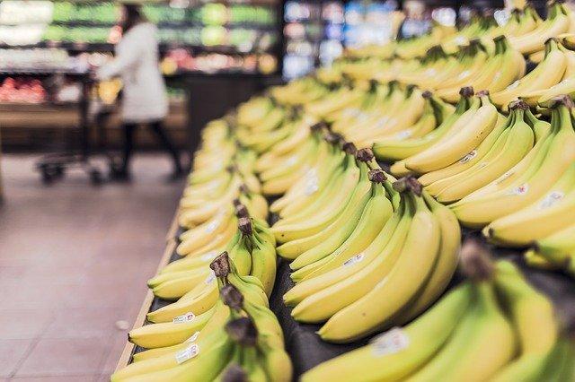 banány v regálu