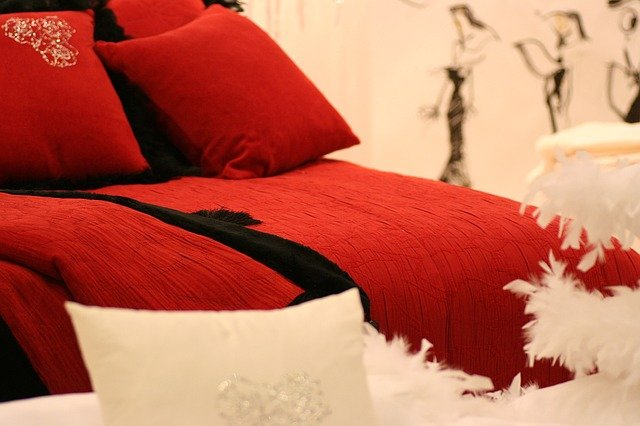 červená pohovka