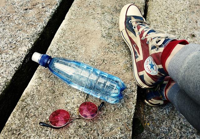 lahev s vodou na zemi
