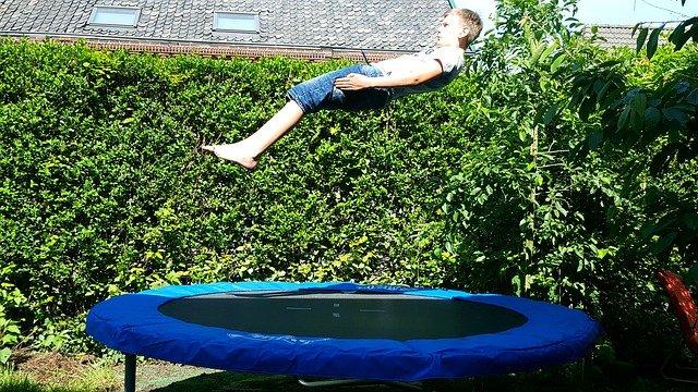 mladík na trampolíně.jpg