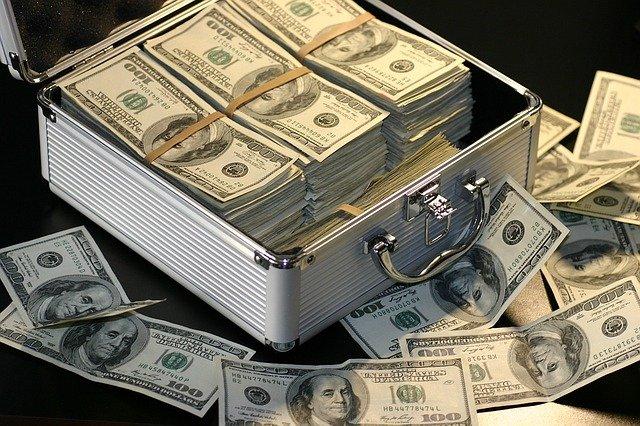 kufr a dolary.jpg