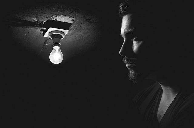 muž u žárovky.jpg