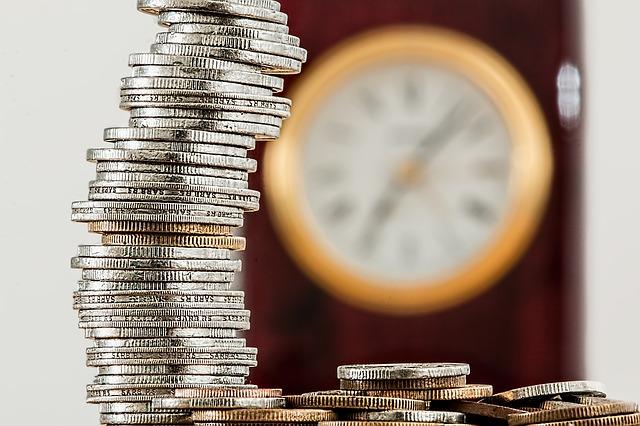 nástěnné hodiny a mince.jpg