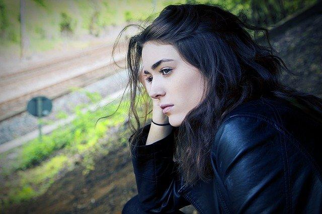 dívka u kolejí