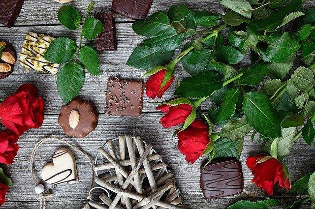rudé růže a sladkosti