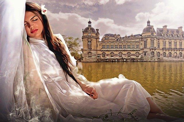 spící dívka v bílých šatech