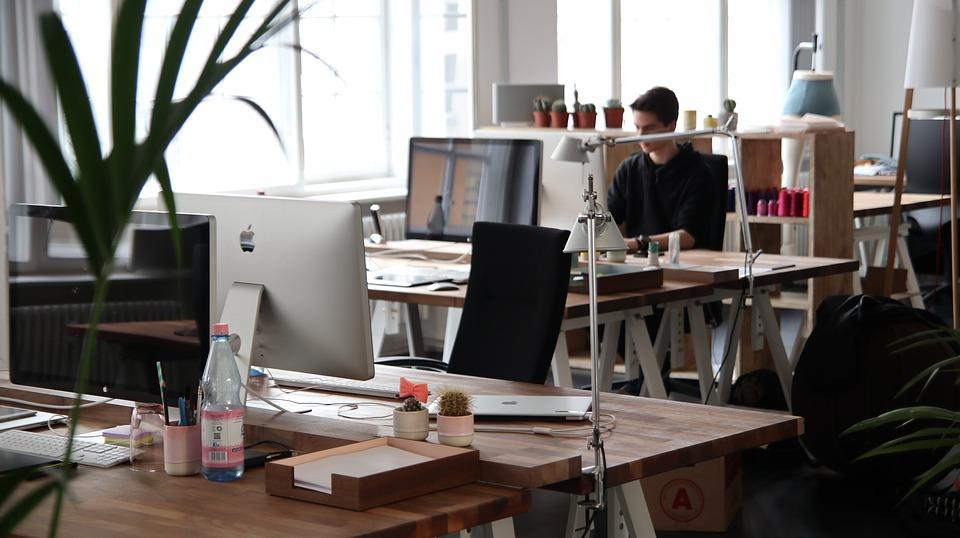 kancelář s počítači